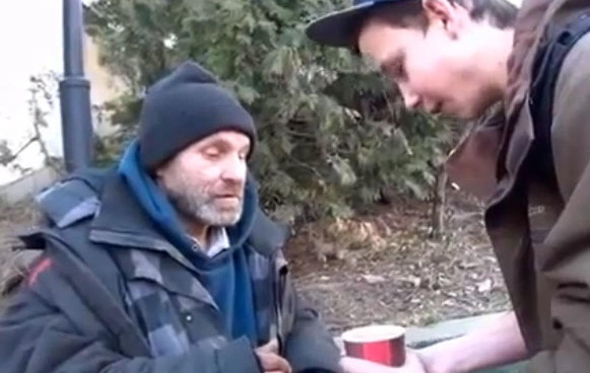 Πως να φτιάξεις την ημέρα ενός άστεγου – Συγκινητικό βίντεο | Newsit.gr