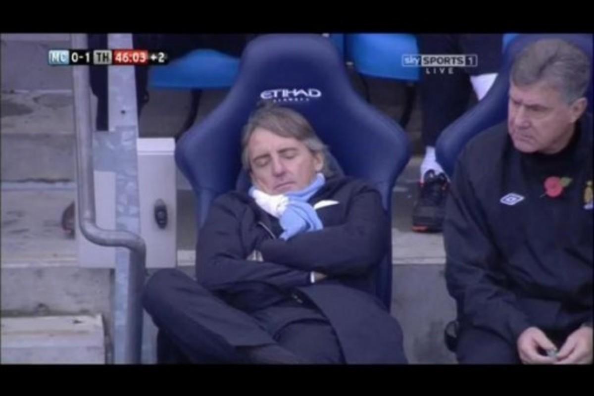 Ο ορισμός του…κοιμάται στον πάγκο – Έγειρε λιγάκι ο Μαντσίνι(ΦΩΤΟ)   Newsit.gr