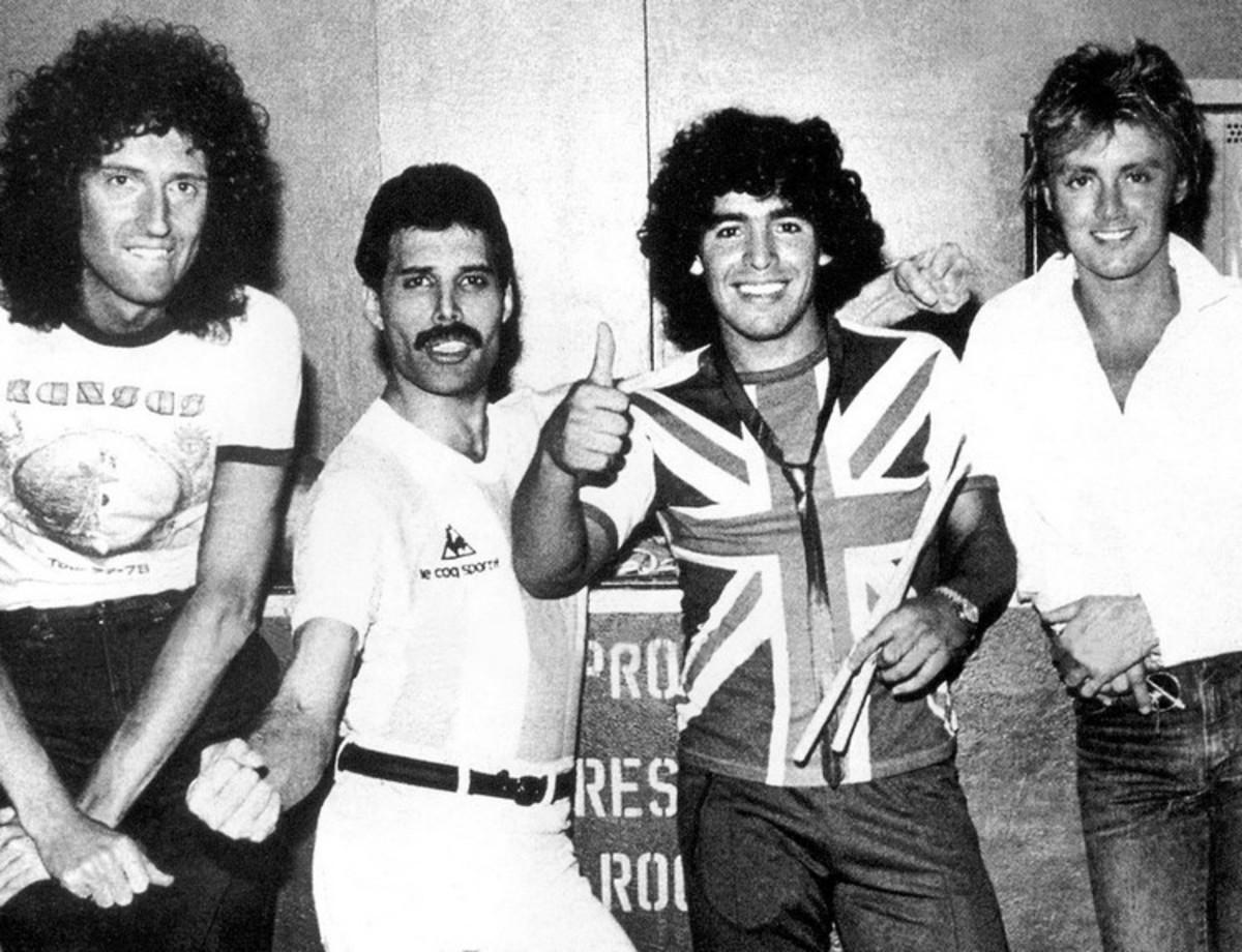 Κορυφαία συνάντηση! Όταν ο Μαραντόνα ντύθηκε… Βρετανός για τους Queen | Newsit.gr