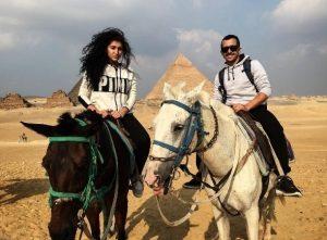 Το ζεύγος Μάρα – Φίλιου με άλογα στις πυραμίδες