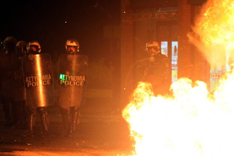 Μολότοφ και πέτρες σε διμοιρία των ΜΑΤ στη Θεσσαλονίκη | Newsit.gr