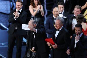 Όσκαρ: Η άσεμνη χειρονομία του Jimmy Kimmel μετά την γκάφα στα βραβεία [pic]