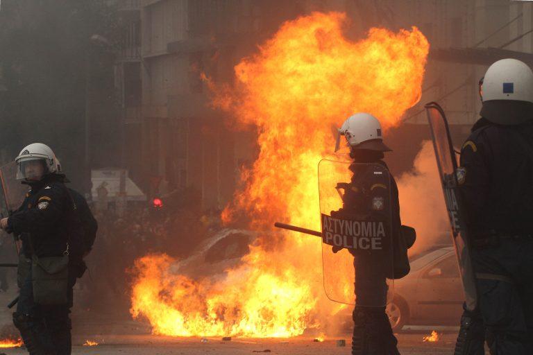 Επίθεση κατά των ΜΑΤ στο κέντρο της Αθήνας | Newsit.gr