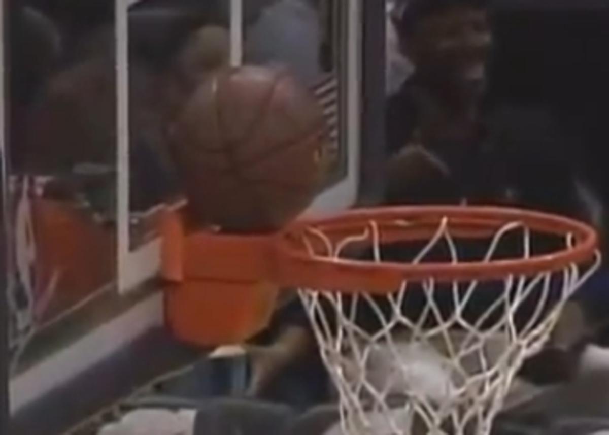 Η μπάλα στάθηκε στη στεφάνη σε σουτ απ΄το κέντρο(VIDEO)   Newsit.gr