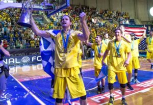 Ο Μπόγρης σήκωσε το Champions League με την ελληνική σημαία [pics]