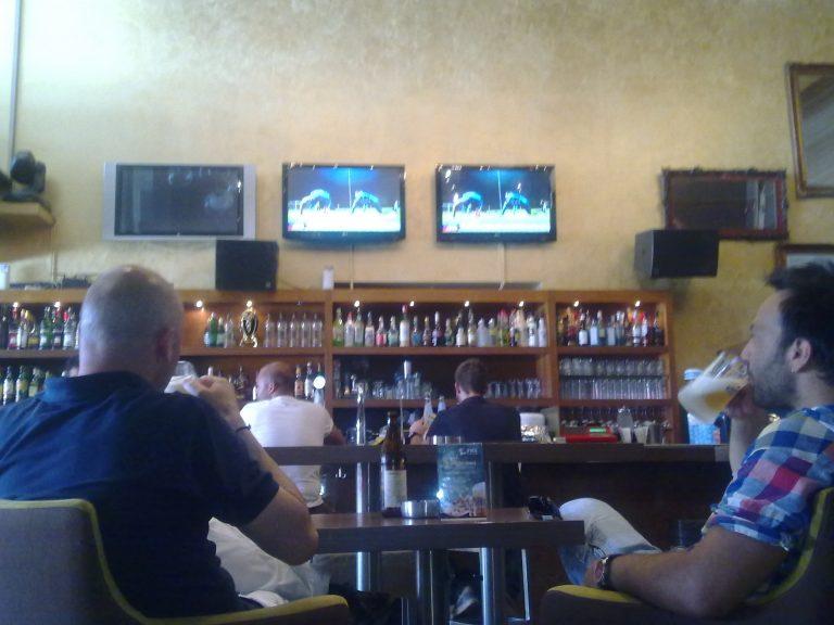 ΘΕΜΑ NEWSIT: Γκόλ στην κρίση με… κέρασμα μια μπύρα! | Newsit.gr