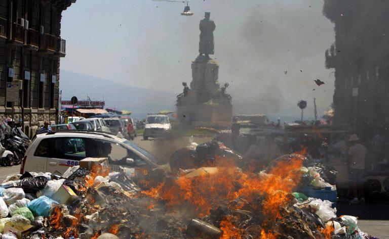 50 πυρκαγιές στα βουνά σκουπιδιών της Νάπολης | Newsit.gr