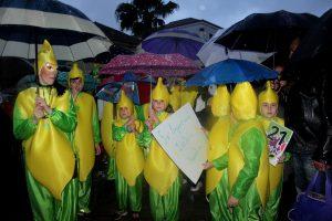 Πελοπόννησος: Η βροχή δεν πτόησε τους καρναβαλιστές – Ξέφρενο γλέντι με χορό και… ομπρέλες