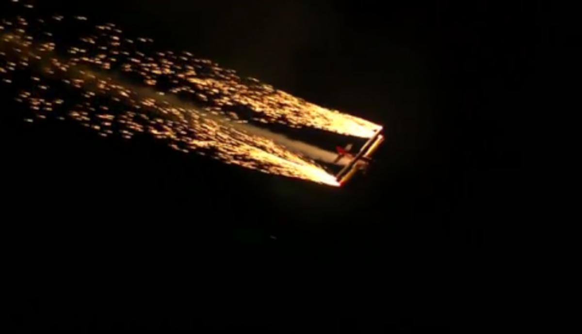 Εκπληκτικό βίντεο! Εναέριο σώου μέσα στη νύχτα – Μαγευτικές εικόνες | Newsit.gr