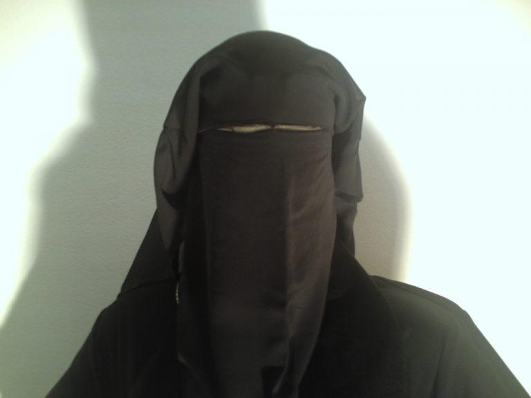 Τροχαίος της έβαλε πρόστιμο γιατί φορούσε μουσουλμανικό πέπλο   Newsit.gr