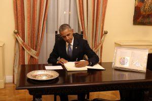 Μπαράκ Ομπάμα: Τι έγραψε στο βιβλίο της Προεδρίας της Δημοκρατίας [pics, vid]