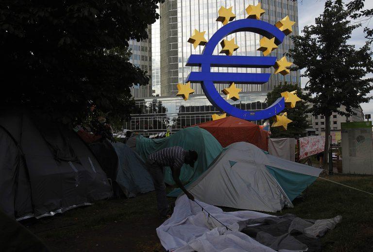 Έδιωξαν όλους τους Αγανακτισμένους εξω απο το κτίριο της ΕΚΤ | Newsit.gr