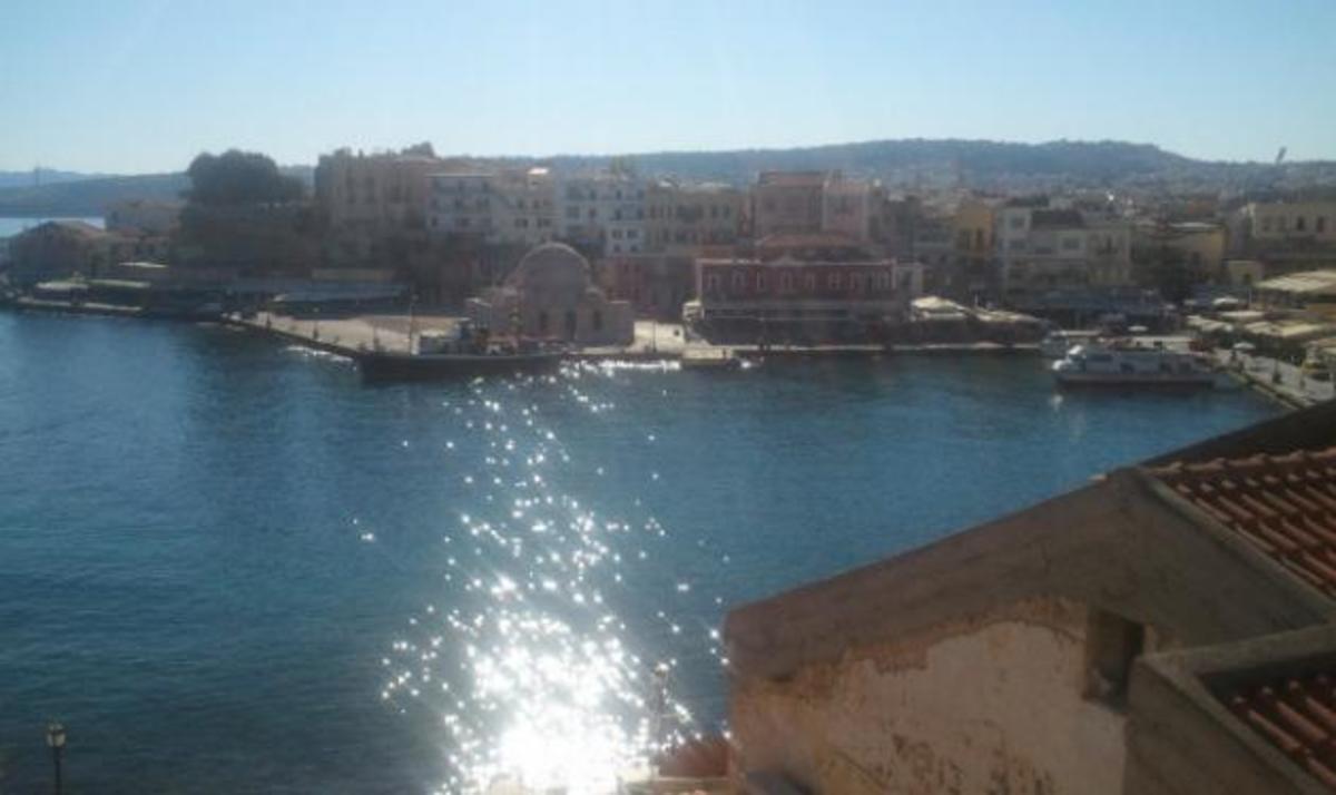 Ποια παρουσιάστρια απολαμβάνει αυτή τη θέα στη Φολέγανδρο; | Newsit.gr