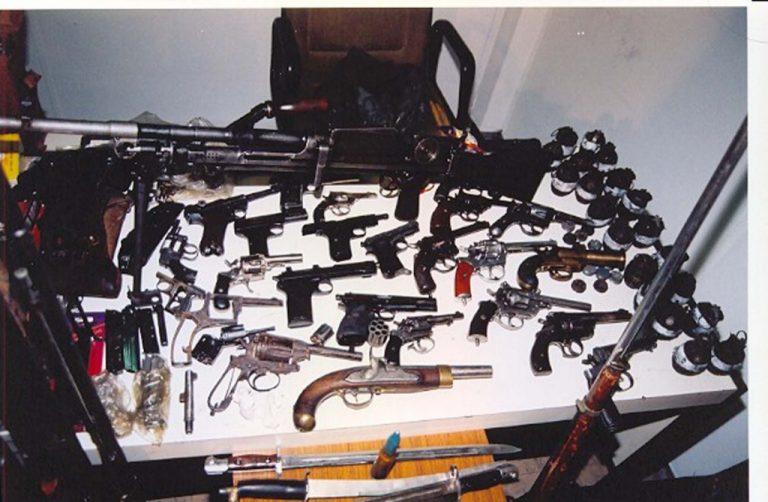 Έριχνε στον αέρα πυροβολισμούς και είχε ολόκληρο οπλοστάσιο στο σπίτι | Newsit.gr