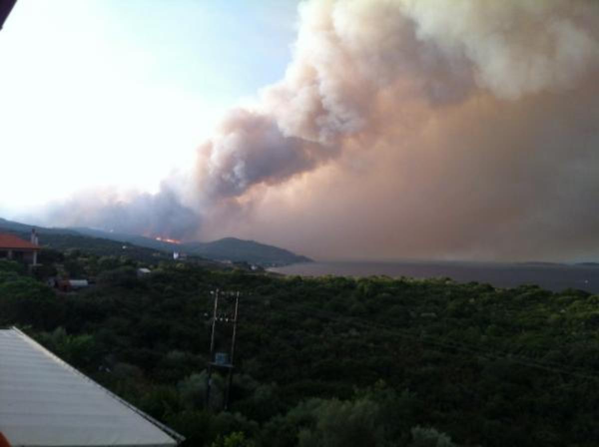 Διατάχθηκε η προληπτική εκκένωση της Ουρανούπολης – Απειλούνται σπίτια, εγκατέλειψαν την πόλη οι τουρίστες – Μάχη με τις φλόγες και στην Αρκαδία   Newsit.gr