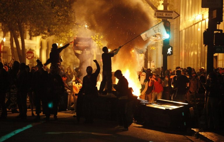 Φωτιές και οδοφράγματα στο Όκλαντ | Newsit.gr
