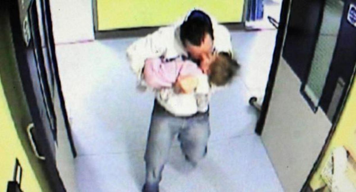Έδωσε το φιλί της ζωής στο παιδί που είχε κακοποιήσει! | Newsit.gr