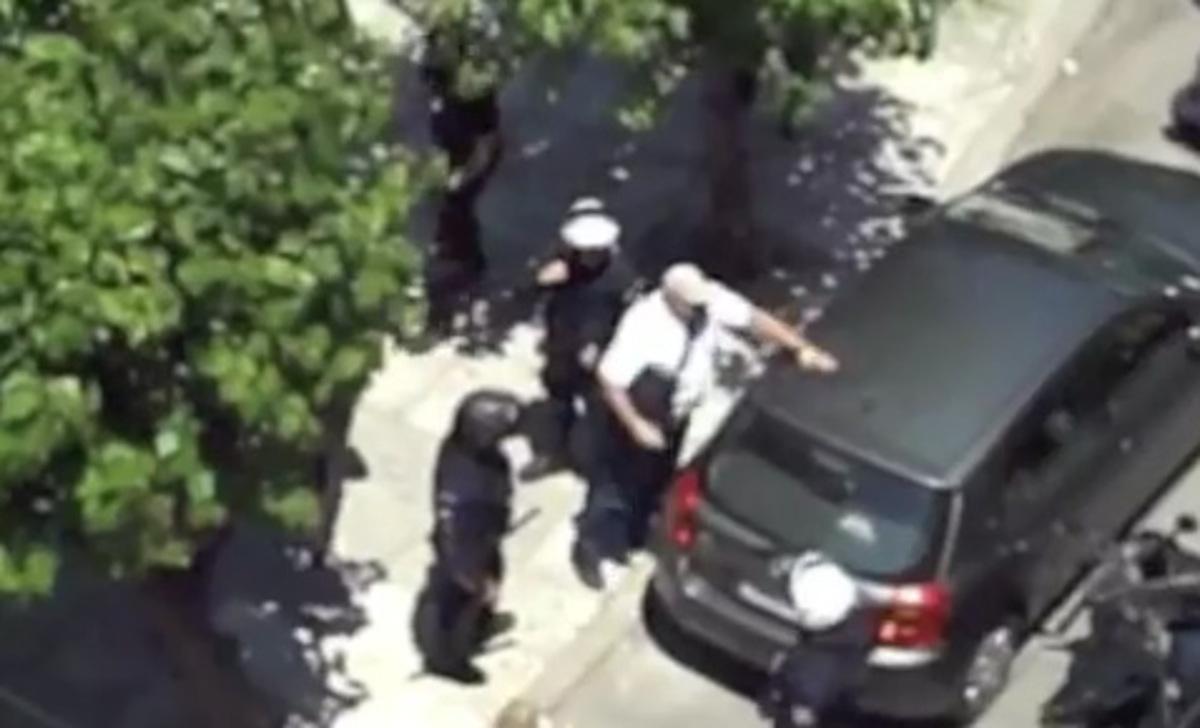 Χρ.Αυγή:Ο βουλευτής έσπαγε, η αστυνομία κοίταζε… – video | Newsit.gr