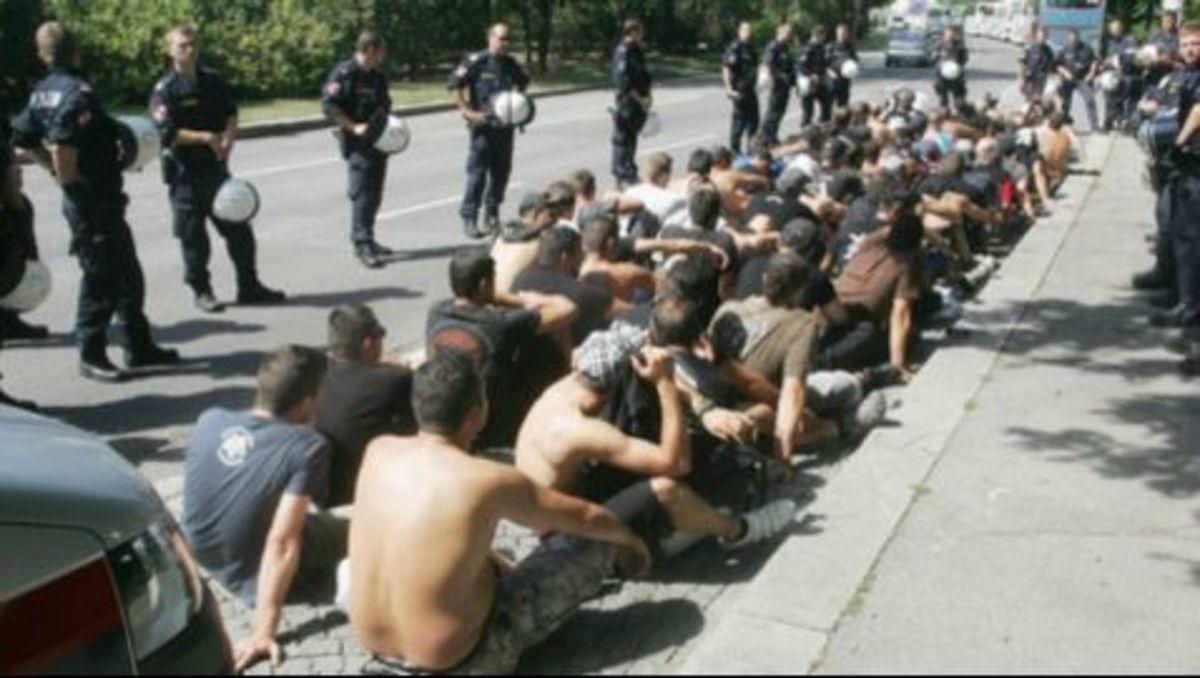 Έβαλαν τους οπαδούς του ΠΑΟΚ να κάτσουν στην άσφαλτο! (PHOTOS+VIDEO) | Newsit.gr