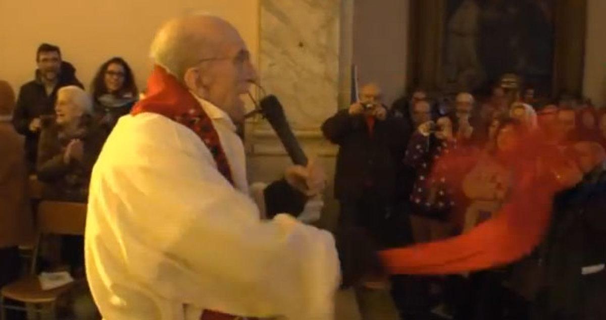 Υπέροχη ερμηνεία του ύμνου κατά του φασισμού «Bella Ciao» από ιερέα | Newsit.gr