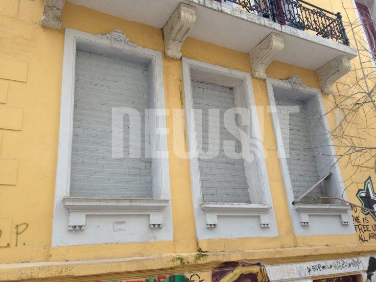 «Εχτισαν» τη Βίλα Αμαλία με τούβλα και συρματοπλέγματα – ΦΩΤΟ | Newsit.gr