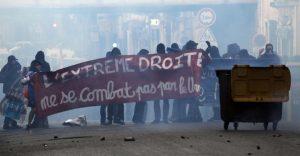 Χάος στο Παρίσι λίγο πριν τις κρίσιμες εκλογές – Διαδηλώσεις, ένταση και δακρυγόνα [vids]