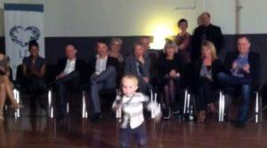 Αυτός ο μπόμπιρας χορεύει και τους αφήνει όλους με το στόμα ανοιχτό [vid]