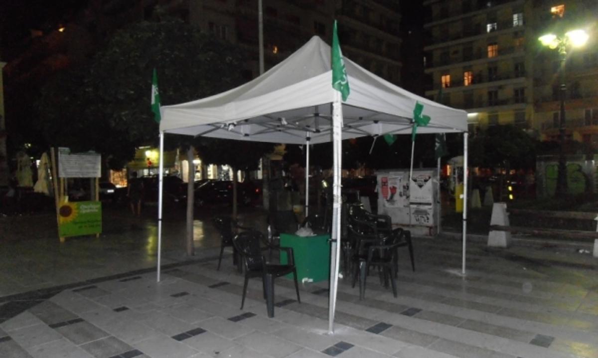 Πάτρα: Έμεινε μόνο η… τέντα στο εκλογικό περίπτερο του ΠΑΣΟΚ   Newsit.gr