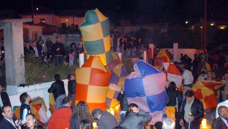 Πασχαλινά Έθιμα: Οι «σαϊτολόγοι» της Καλαμάτας, οι «χαλκουνάδες» του Αγρινίου και ο σταυρός από δάδες στην Ναύπακτο | Newsit.gr