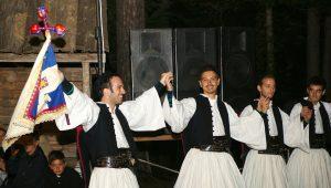 Πασχαλινά Έθιμα: Τα «Φλάμπουρα», η «Ασπροδευτέρα» και το «νυφοδιάλεγμα»