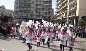 """""""Πλημμύρισε"""" μασκαρεμένα πιτσιρίκια η Πάτρα – H παρέλαση των μικρών καρναβαλιστών – ΒΙΝΤΕΟ"""