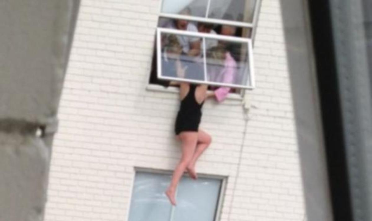 Το γύρο του διαδικτύου κάνει η φωτογραφία με την 25χρονη που προσπάθησε να πέσει από το παράθυρο! | Newsit.gr