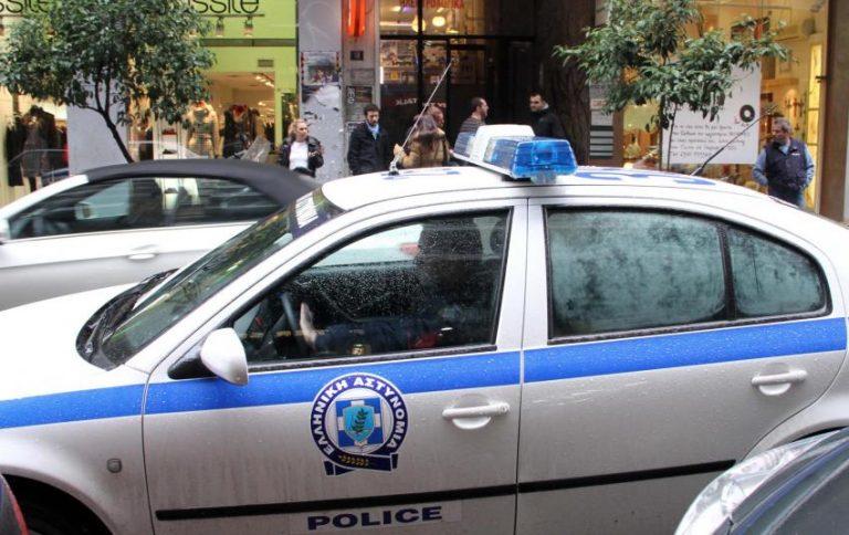 Με βαριοπούλα και όπλο στην τράπεζα! | Newsit.gr