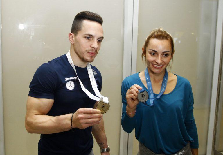Με χαμόγελα και… μετάλλια η επιστροφή Πετρούνια και Μιλλούση [pics] | Newsit.gr