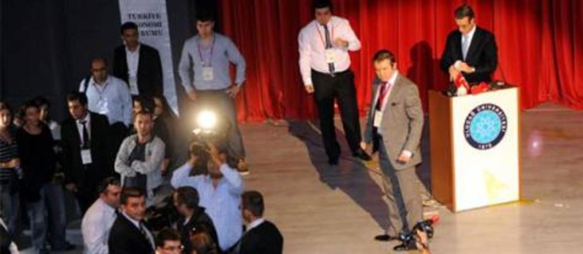Τούρκοι φοιτητές πέταξαν αυγά στον εκπρόσωπο του ΔΝΤ – Δείτε βίντεο | Newsit.gr