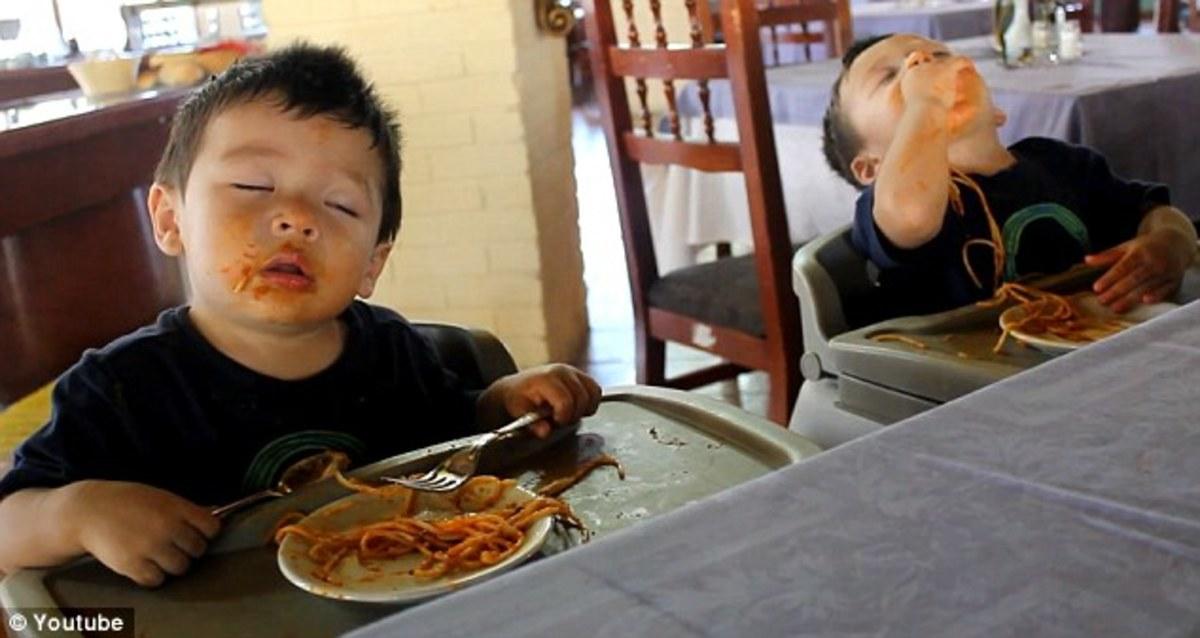 Δίδυμα τρώνε μακαρόνια και κοιμούνται όρθια! Απολαυστικό VIDEO | Newsit.gr
