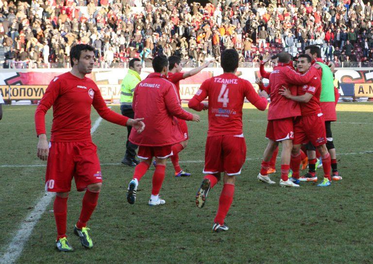Σκαρφάλωσε στην κορυφή ο Πλατανιάς – Την «έπεσαν» στο διαιτητή οι παίκτες της Παναχαϊκής | Newsit.gr
