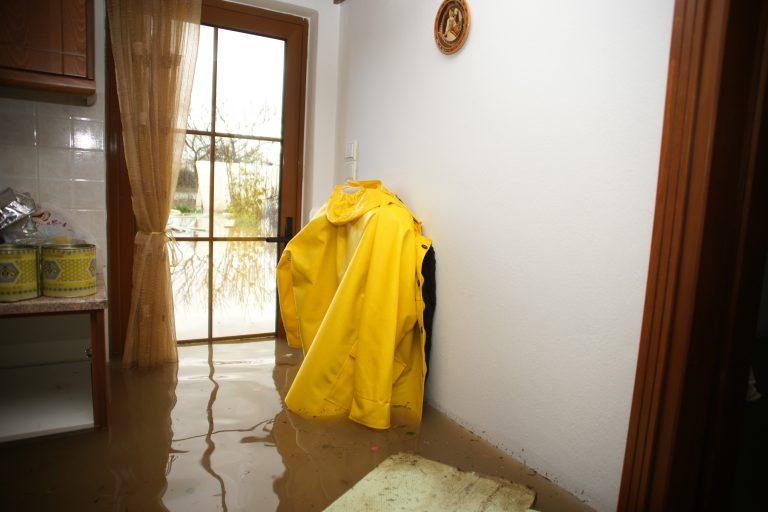 Απεγκλώβισαν κατοίκους από πλημμυρισμένα σπίτια στον Ωρωπό | Newsit.gr