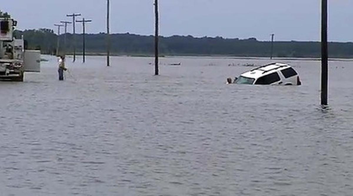 Ο ρεπόρτερ μπήκε στο ποτάμι για να σώσει γυναίκα οδηγό που πνιγόταν – Βίντεο | Newsit.gr