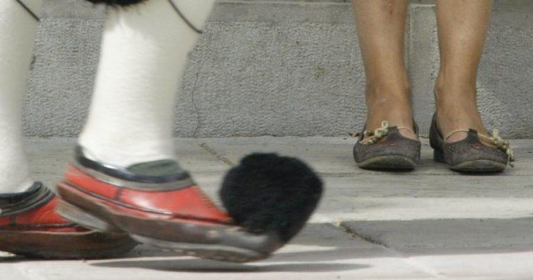 Εσύ πόσο Έλληνας είσαι; Βγάλε το παπούτσι σου να δούμε!   Newsit.gr