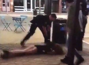 Σοκαριστικό βίντεο! Αστυνομικός ξάπλωσε κάτω 22χρονη φοιτήτρια!
