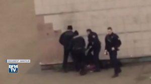Σάλος στη Γαλλία! Αστυνομικός βίασε 22χρονο με γκλομπ – Παρακολουθούσαν οι συνάδελφοί του [vid]
