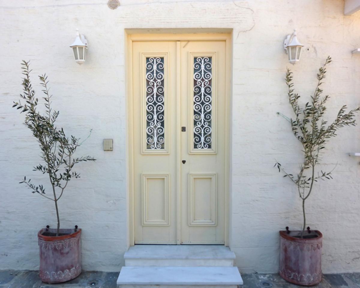 Ηράκλειο: Άνοιξε την πόρτα και τις βρήκε να τον κλέβουν | Newsit.gr