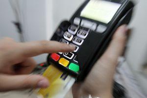 Το πλαστικό χρήμα αύξησε τα έσοδα από ΦΠΑ