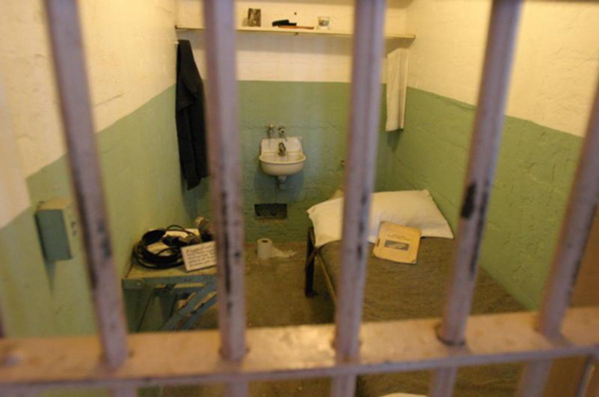 Αίγιο: Πανικός στα κρατητήρια! Κρατούμενος έβαλε φωτιά στα σκεπάσματα | Newsit.gr
