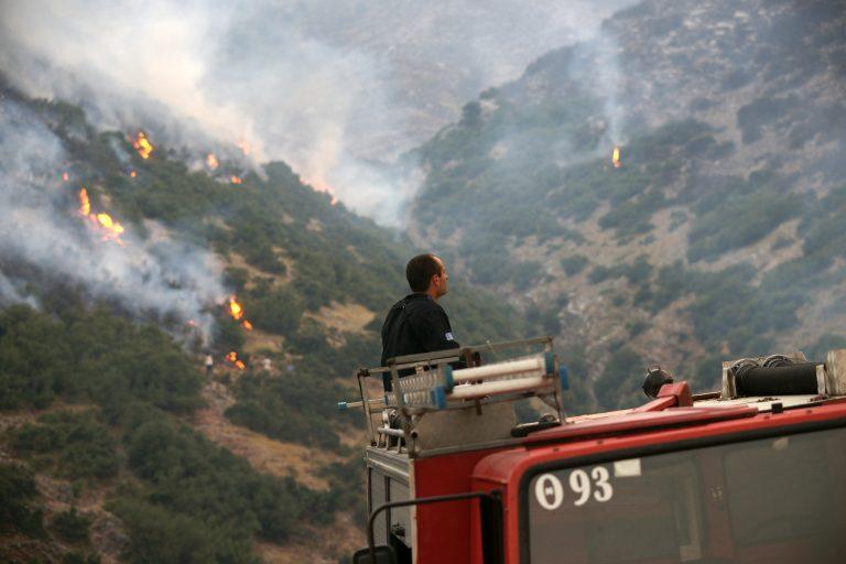 Καίνε οι δύο φωτιές στην Κόρινθο | Newsit.gr