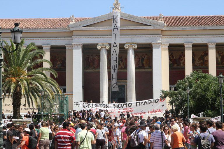 13:40: Κουκουλοφόροι κυνήγησαν αστυνομικούς και έσπασαν περιπολικό!   Newsit.gr