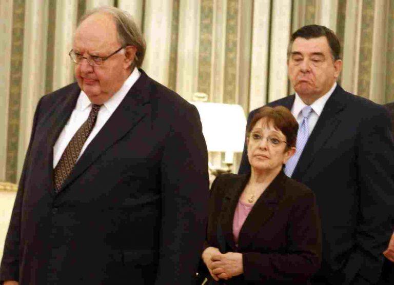 Νέα παρέμβαση Κ. Παπούλια – Ο Πάγκαλος έσωσε από πέσιμο την Α.Παπαρήγα στα σκαλιά του Προεδρικού Μεγάρου | Newsit.gr