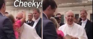 Η στιγμή που πιτσιρίκα κλέβει το καπέλο του Πάπα Φραγκίσκου [vid]