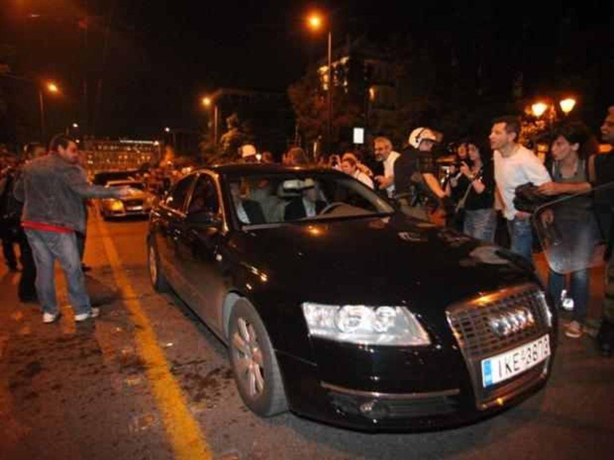 Προπηλακίζουν και απειλούν τους βουλευτές σε κάθε εμφάνισή τους – Φουντώνει η κοινωνική οργή | Newsit.gr